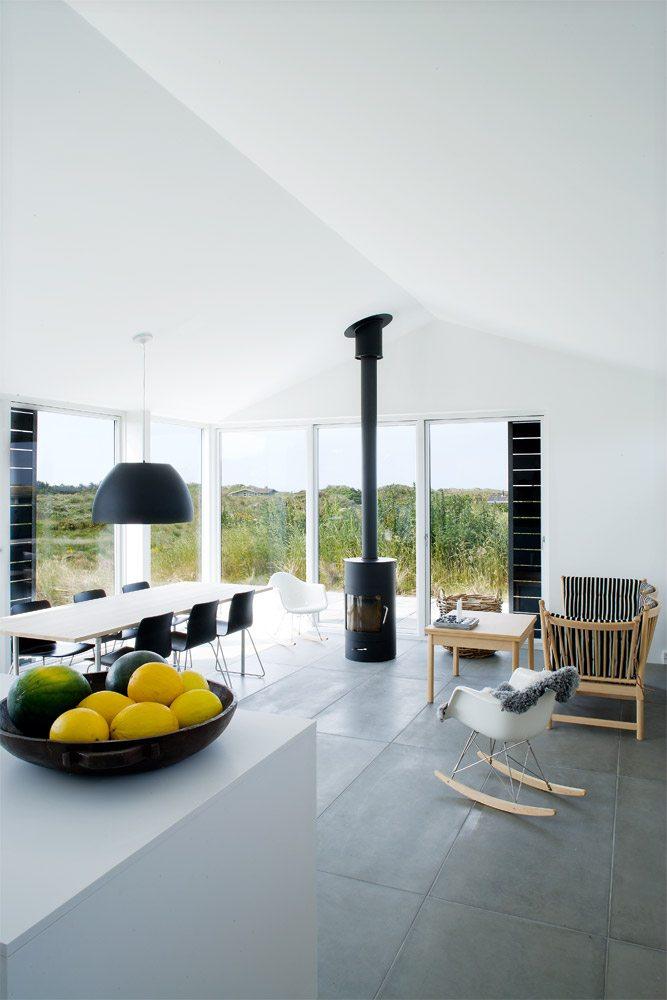 Deens zomerhuis met stoere betonnen tegelvloer coosje for Interieur blog